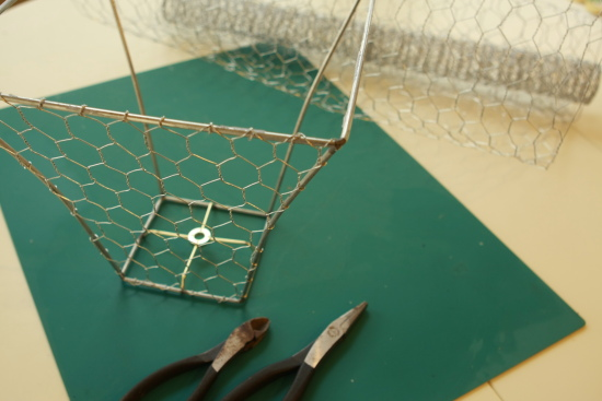 How to make a chicken wire basket u create diy chicken wire basket greentooth