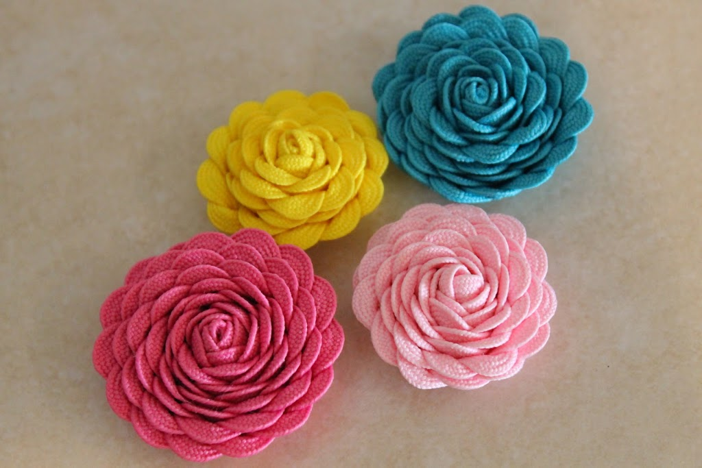How to make ric rac flowers for craft projects and hair clips!
