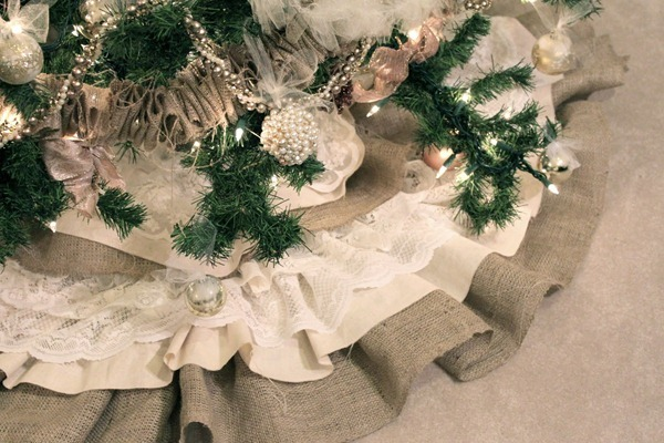 Burlap and Lace Christmas Tree Skirt Tutorial by Do It Yourself Divas