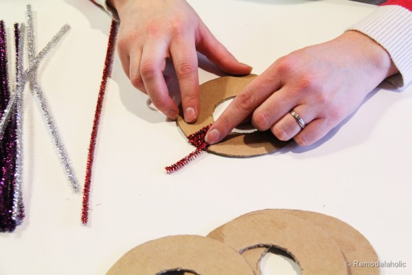Pipe-Cleaner-Chirstmas-Wreath-ornament-tutorial-11-600x400