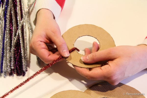 Pipe-Cleaner-Chirstmas-Wreath-ornament-tutorial-7-600x400
