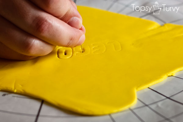 lego-head-cake-tutorial-fondant-logo-cutting